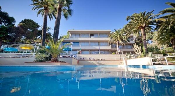 nyala-bike-hotel-facciata-e-piscina